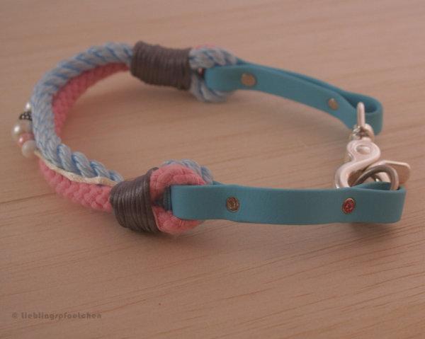 Halsband von der Seite mit Tau und Biothane in hellblau und rosa, mit Strassnieten